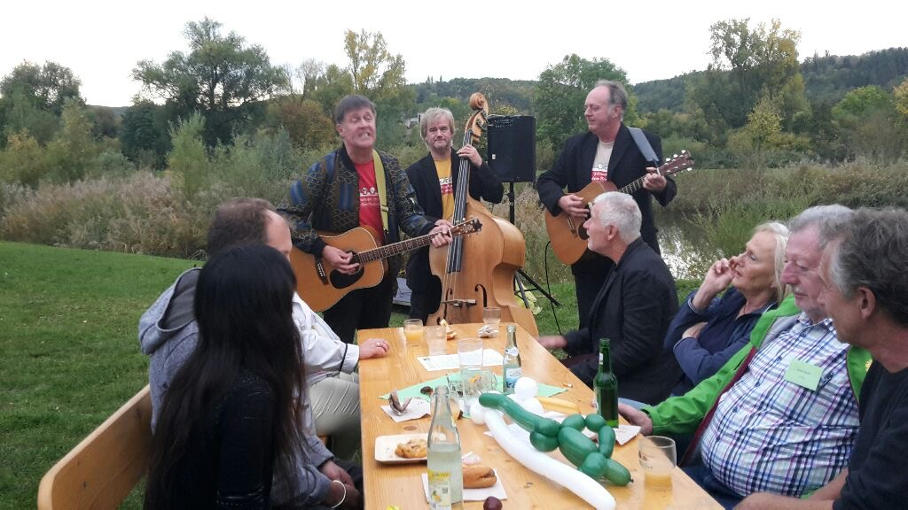 Grünes Herbstfest am Landschaftssee